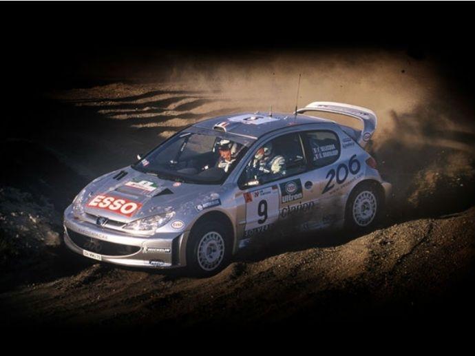 2000. OZ feiert den Gewinn der Rallye-Weltmeisterschaft mit Kooperationspartner Peugeot – und dem mit OZ Technologie ausgestatteten 206 WRC.