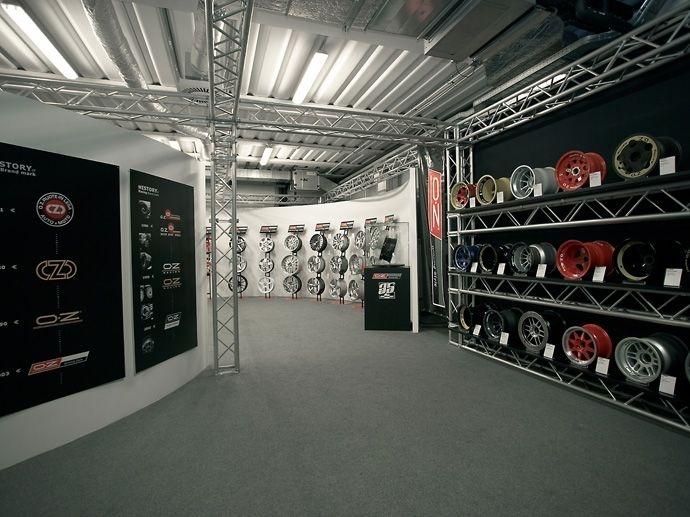 """2006. """"35. Geburtstag"""" der Marke. Zeit für ein Museum, das die phantastische Entwicklung des Leichtmetallrades von 1971 bis zur Neuzeit nachzeichnet. Nico Rosberg weiht das Museum, welches Renato Sonda gewidmet wird,…"""