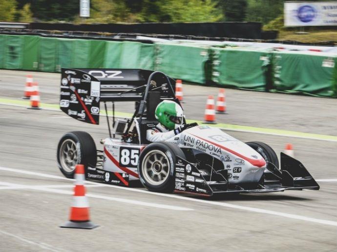 """OZ ondersteunt jong talent Innovatie is een kernwaarde van OZ. De onderneming is betrokken bij de Formula Student wedstrijd die studenten en jonge gediplomeerde ingenieurs de kans biedt professionele """"real-life"""" situaties te ervaren en…"""