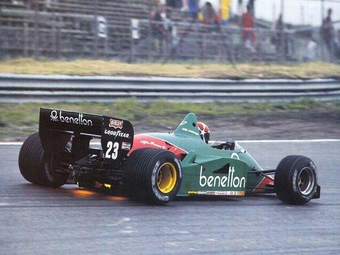 1985. La première monoplace avec jantes OZ est de l'équipe de F1 Euroracing Alfa Romeo avec Patrese et Cheever, arborant des jantes en magnésium et aluminium en deux pièces.