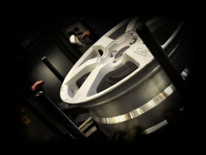 シリーズ前テスト 安全の問題 シリーズ前のホイールはドイツTÜVと日本のJWL VIAの両形式認定協会の、要求の厳しい標準に従いテストされます。 ホイールについてのすべてのテストはOZ製造施設内にある内部テスト施設により行われます。ここではTÜVとJWL VIAで認定される査定のための適切な装置が完全に装備されています。OZはこれらの協会から自社で認定をする権限を得ています。 すべてのOZ製品はTÜV認定されています。TÜVとJWL VIAで要求される最も重要なテストは回転曲げ、横揺れ、衝撃、二軸ストレステストです。