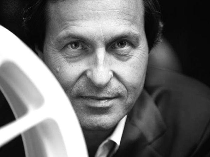 1984. OZ S.p.A.の現在の取締役社長である、クラウディオ・ベルノーニの指揮により、オーゼットのレーシング用ホイールのみを製造する会社を設立し、フォーミュラ・ワン向けのホイールから製造開始しました。最初に使用したドライバーは、パトレーゼとチーバーの2名で、F1アルファロメオ・ユーロレーシングへ供給。マグネシウムとアルミニウムのツーピース構造のホイールでした。