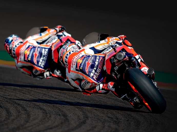 2018. OZ logra un resultado histórico al ganar por tercer año consecutivo las tres categorías del Campeonato Mundial: MotoGP, Moto2 y Moto3.