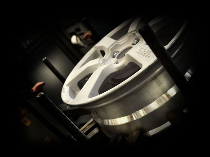 Pre-Series Test A question of safety. Pre-series wheels are tested according to the demanding standards of the German TÜV and of the Japanese JWL VIA Homologation Institutes. All tests on the wheels…