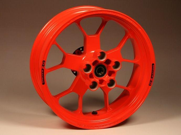 1999. Collaborazione con Aprilia e sviluppo del progetto di ruota in alluminio forgiato per moto, applicata alla RSV Mille R.