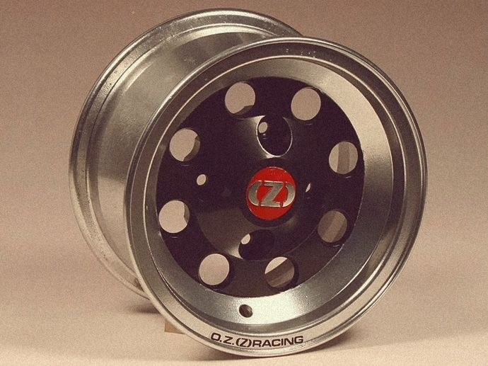 1971. Handwerkliche Herstellung der ersten Leichtmetallfelgen für den fantastischen Mini Cooper, der die aktuellen Rallyes fuhr und gewann.